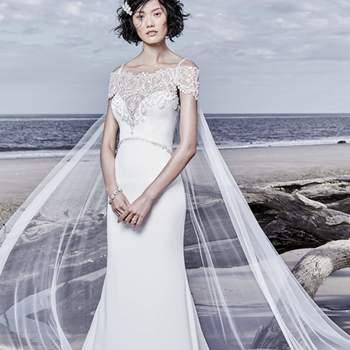 """<a href=""""https://www.maggiesottero.com/sottero-and-midgley/hayward/11538"""">Maggie Sottero</a> <br> Faite de crêpe cette robe de mariée romantique et sophistiquée, se compose d'un corsage et d'une jupe avec une découpe en traîne décorée de motifs en dentelle."""
