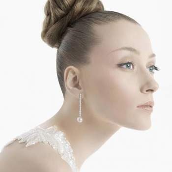 Mira estos bellos aros de novia de diseños mega elegantes, para las mujeres más sofisticadas y tradicionales. Modelos con diamantes y perlas son la tónica de ésta encantadora colección 2013.  Foto: Rosa Clará