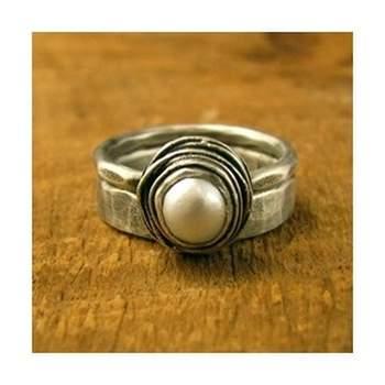 A aliança é um dos mais importantes símbolos do casamento e por isto merece ser especial. E que tal um modelo que tenha pérolas? Veja estas opções!