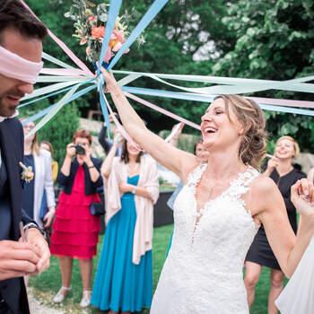 Photo : Lanie Photographie (29) - La photo en plusieurs plans - Ce photographe aura à cœur d'immortaliser de la plus belles des façons les moments forts de votre vie, comme il le fait ici avec des mariés qui s'amusent en premier plan et leurs proches qui les entourent en second.
