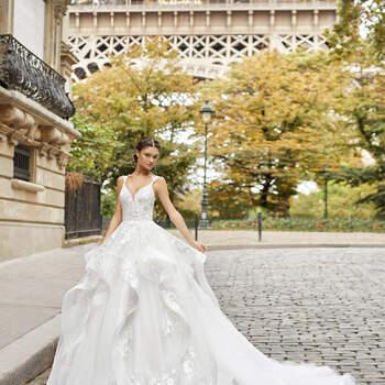 A espetacularidade do padrão do vestido Tenório é realçada com uma saia vistosa de tule corte princesa, com folhos e renda floral. Com decote profundo e alças finas, que desenham costas abertas em V. Perfeito para um casamento na primavera! | Rosa Clará 2021