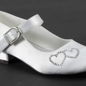 Chaussures de cérémonie Paty avec petits coeurs sur le devant et peti talon, pour petite fille.