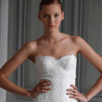 Marchesa propose deux corsages différents avec encolure en coeur dans ce modèle particulier simple et grave.