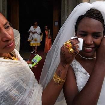 Uma foto que considero muito especial: uma imagem fotojornalística que descreve a emoção da noiva na saída da igreja. A noiva se chama Katy e é da Somália. O noivo se chama Enrico, é italiano. O casamento foi realizado na Itália.