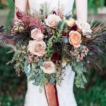 As rosas ficam perfeitas em ramos de noiva silvestres com diferentes tipos de ramagens e flores | Créditos: Casar com Graça