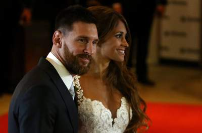 Argentine soccer player Lionel Messi and Antonela Roccuzzo pose at their wedding in Rosario, Argentina, June 30, 2017. REUTERS/Marcos BrindicciCODE: X90087 Boda de Leo Messi y Antonella 50/cordon press