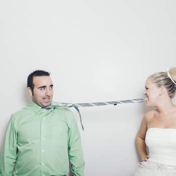 Si no se puede agarrar al novio de otra forma, ¿por qué no ayudarse de la corbata?  Foto: Fotocinedeboda