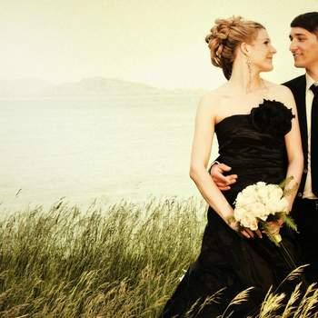 Der Berner Hochzeitsfotograf Stefan Weber fotografiert in photojournalistischem Stil.  Im Rahmen einer künstlerischen Hochzeitsreportage hält er die schönsten Emotionen und Momente auf natürliche und unbefangene Art fest. Seine Fotografien wirken besonders originell, unkonventionell und einmalig.   Seine Hochzeitsportraits sehen aus wie Schnappschüsse, natürlich, lebendig und spontan, so als wären sie ganz nebenbei, heimlich und unbeobachtet entstanden. Mit der Kamera bewegt sich Stefan Weber als Beobachter mitten im Geschehen und doch diskret im Hintergrund. Dabei hält er unwiederbringliche Momente des Festes, Emotionen wie Leidenschaft, Zärtlichkeit und gemeinsam erlebte Freude fest.   Das Einfangen der Atmosphäre sowie auch der kleinen Details ist ihm wichtig. Sehr gerne beginnt er die Reportage mit den spannenden Momenten während den Vorbereitungen am Morgen und begleitet das Brautpaar bis in die späten Nachtstunden. Der professionelle Hochzeitsfotograf fotografiert in allen Regionen der Schweiz.