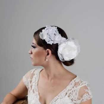 Para las chicas que escogen su vestido en blanco este es el complemento ideal. Es un tocado en tela y aplicaciones en encaje que tiene una base amoldable para los peinados sleak y muy limpios.