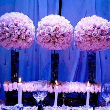 Solo rosas rosadas con jarrones altos.