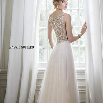 """El romance presente en este impresionante vestido, envuelto en tul con escote profundo y brillante adorno de cristal Swarovski en la cintura. Intrincados patrones de bordado de perlas adorna una atrevida espalda. Acabado con botón de cristal sobre cierre de cremallera.  <a href=""""http://www.maggiesottero.com/dress.aspx?style=5MR054"""" target=""""_blank"""">Maggie Sottero Spring 2015</a>"""