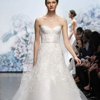 Robe de mariée Monique Lhuillier Automne 2012. Bustier bien ajusté et jupe en tulle caractérisent cette robe. Source : Monique Lhuillier