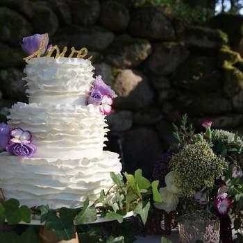 Singelos e delicados, adoramos bolos de casamento de 3 andares com flores e alusões à natureza | Créditos: Mandala Cake Studio