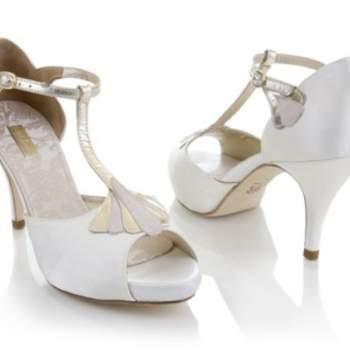 Sandales blanches à talons avec bride argentée. Source : Rachel Simpson 2012