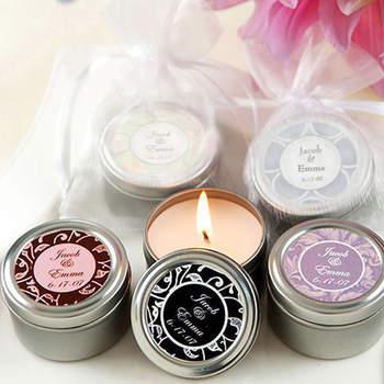 Des bougies parfumées et colorées : au top sur un buffet ou comme cadeau pour les invités de votre mariage. Source : weddinggdpotonline.com