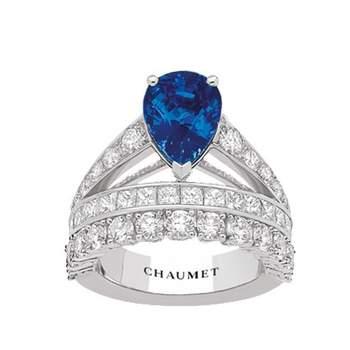 Bague Diadème Joséphine en platine, pavée de diamants, serti d'un saphir de taille poire. Crédit photo: Chaumet