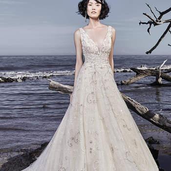 """Bordados e cristais Swarovski dançam ao longo do maravilhoso tule que confeciona este vestido de noiva. Um decote em V, embelezado com alças e um decote quadrado na parte das costas confere um glamour extremamente sofisticado a este vestido de noiva. Terminado com botões de cristal e, ainda, um fecho.   <a href=""""https://www.maggiesottero.com/sottero-and-midgley/maven/11556"""">Sottero and Midgley</a>"""
