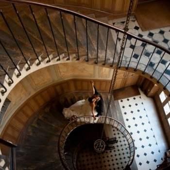 Le mot du photographe : Pour l'histoire cette photo a été prise le 26 mai 2012 à Paris dans l'escalier de la galerie Vivienne. Cet escalier menait aux anciens appartements du célèbre détective Vidocq. L'escalier n'est pas en très bon état et il n'est pas très rassurant de s'approcher du bord pour faire une image au grand angle. Néanmoins, je trouve cette image plutôt réussie, les couleurs sont chatoyantes et la pose des mariés esthétique.    Si cette photo est selon vous, LA PLUS BELLE PHOTO DE MARIAGE, laissez un commentaire ci-dessous en indiquant le n°5