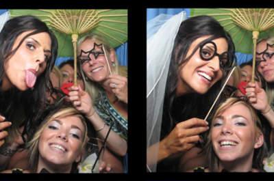 Sposa e damigelle senza paura di sfoderare arcate dentali da applauso. Foto via photoboothplanet.com