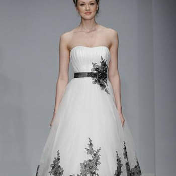 Vestido de noiva branco com cinto e top pretos, da colecção Alfred Angelo Primavera 2013.