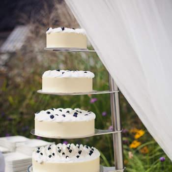 5 torte di diverse misure che formano un'unica altissima wedding cake