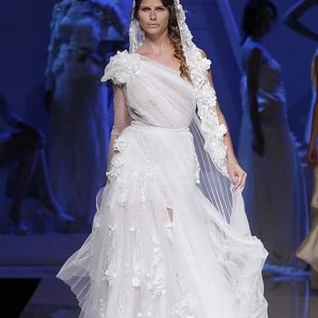 Robe de mariée longue avec bretelle asymétrique, drapé sur le bustier.