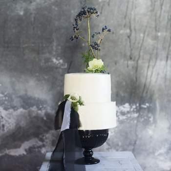 Um estilo clean para bolos de casamento modernos, com detalhes originais | Créditos: Bakewell | Fotografia: My Frame - Photography & Design
