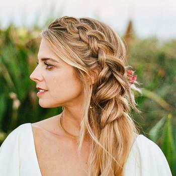 Penteado para noiva com trança lateral   Créditos: flora + fauna