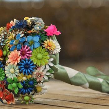 Los ramos de flores de papel se ven súper originales. Foto de Lionsgate Designs.