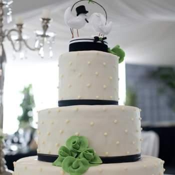 Los muñecos para el pastel de boda son un elemento decorativo que deberías tomar en cuenta para tu pastel de boda. Puedes personalizarlo para que sea tan original como todo lo demás en tu boda. Fotografías de PingaAmor.com