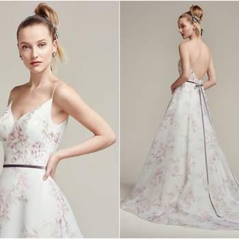 """Modelo com textura floral lilás em chiffon, para as noivas que querem dar um toque de cor no look. O cinto de veludo é vendido separadamente.  <a href=""""https://www.maggiesottero.com/sottero-and-midgley/kira/9865"""" target=""""_blank"""">Sottero &amp; Midgley</a>"""