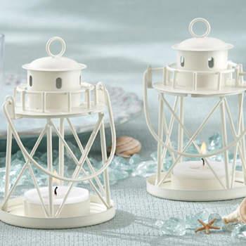 A suspendre à l'extérieur ou à poser sur des buffets, ces lanternes ont beaucoup de chic. Source : weddinggdpotonline.com