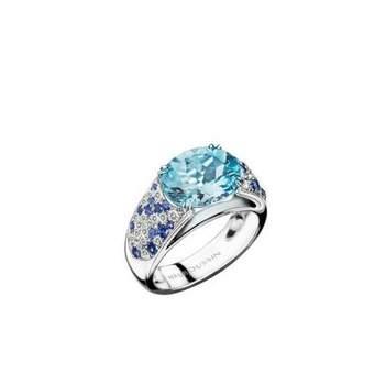 Bague or blanc, Aigue-Marine (9*11mm), pavage saphirs (0.38ct) et diamants (0.32ct) Source : mauboussin.fr
