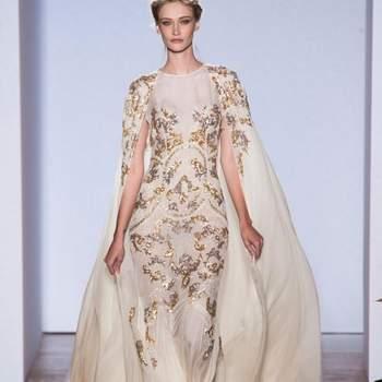 Hoje em dia não são só os vestidos de noiva brancos que fazem sucesso. Vestidos cheios de cor estão em alta, e se sua opção é um modelo chique veja estes dourados de Zuhair Murad.