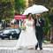Los paraguas no tienen por qué deslucir la llegada de la novia. Foto: Ana Cruz.