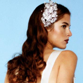 Cheveux lâchés, visage dégagé et bijou dans les cheveux : voila de quoi parfaire l'allure de la mariée. Crédits : oggisposa.it