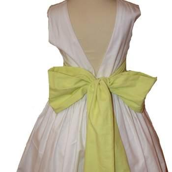 Ravissante robe blanche et vert anis pour petite fille d'honneur.