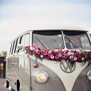 Nada mejor que esta antigua furgoneta de Wolkswagen para dar a tu boda un aire retro. Foto: 2Rings Trouwfotografie y Feestudio