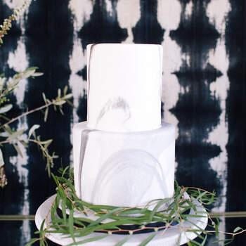 Foto: Ally Burnette Photography - Pastel de dos pisos con efecto marmol