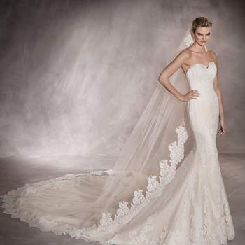Inspirador vestido de noiva em tule estilo sereia e decote em coração. Uma maravilhosa criação ornamentada com motivos de renda e guipura que embelezam a silhueta feminina.