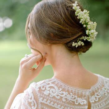 Penteado para noiva com cabelo preso em coque baixo   Crédito: Erika Parker Photography