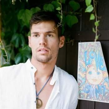Imagen del novio junto a un cartel de estética hippie.