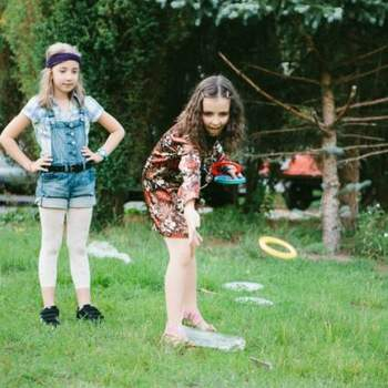 Los niños de la boda se divirtieron con juegos al aire libre.