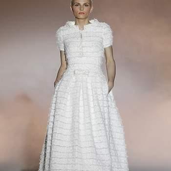 """Vestido de novia de manga corta en 'tweed' abotonado en el pecho  Descubre la <a href=""""http://zankyou.9nl.de/tn3n"""" target=""""_blank"""">Colección 2015 de Rosa Clará aquí</a>"""