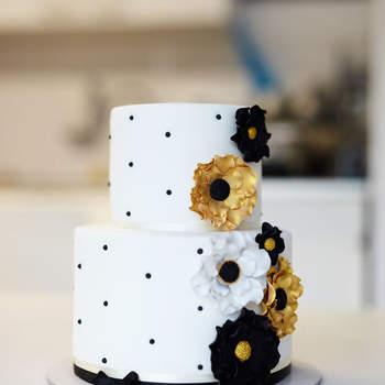 Inspiração para bolos de casamento de dois andares com decoração luxuosa, com base simples | Créditos: Cake Lovers