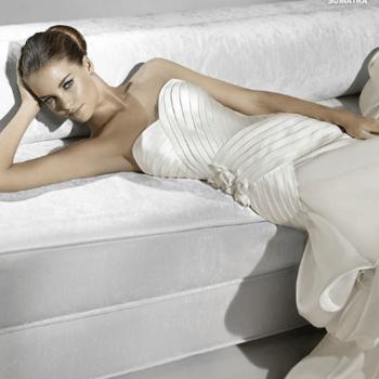 Robe de mariée bustier La Sposa 2012. Taille basse et jeu de plis satinés de toute beauté. - Source : splasposa.com