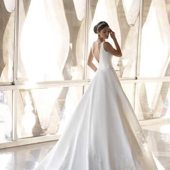 Vestido de noiva corte princesa com bordados na bainha | Modelo Greeen de Pronovias 2021 Cruise Collection