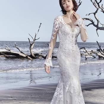 """<a href=""""https://www.maggiesottero.com/sottero-and-midgley/ekaterina/11532"""">Maggie Sottero</a> <br> D'élégants motifs en dentelle ornent cette robe de mariée à manches, accentuant l'illusion de décolleté plongeant et l'ouverture dans le dos."""