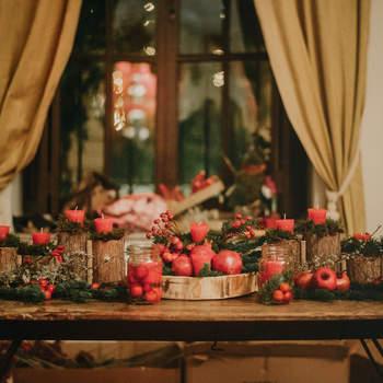 Decoración de mesa con tarros con agua y frutos rojos. Credits: la Trastienda