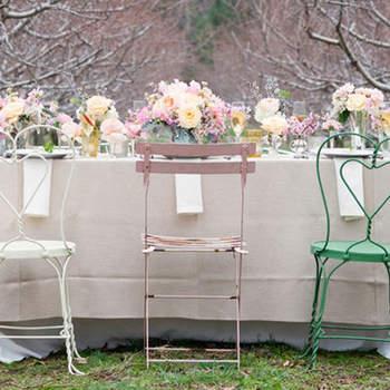 Des fleurs en nombre pour ces centres de table ravissants et rosés. Des tons ultra doux qui font sensation sur une table de mariage. Source : Style Me Pretty, Olivia Gird Photography